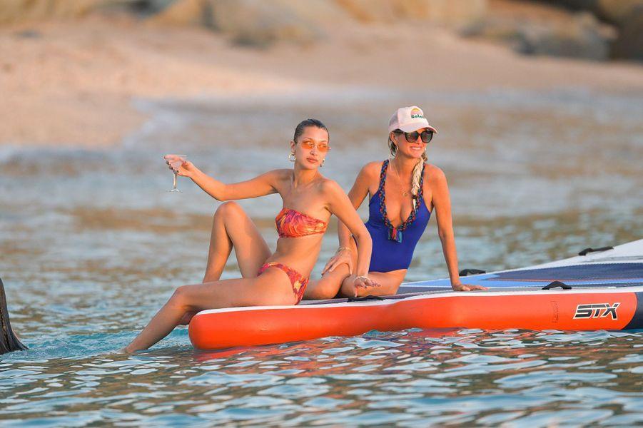 Bella Hadid et Laeticia Hallyday sur une plage de Saint-Barthélemy le 7 décembre 2019