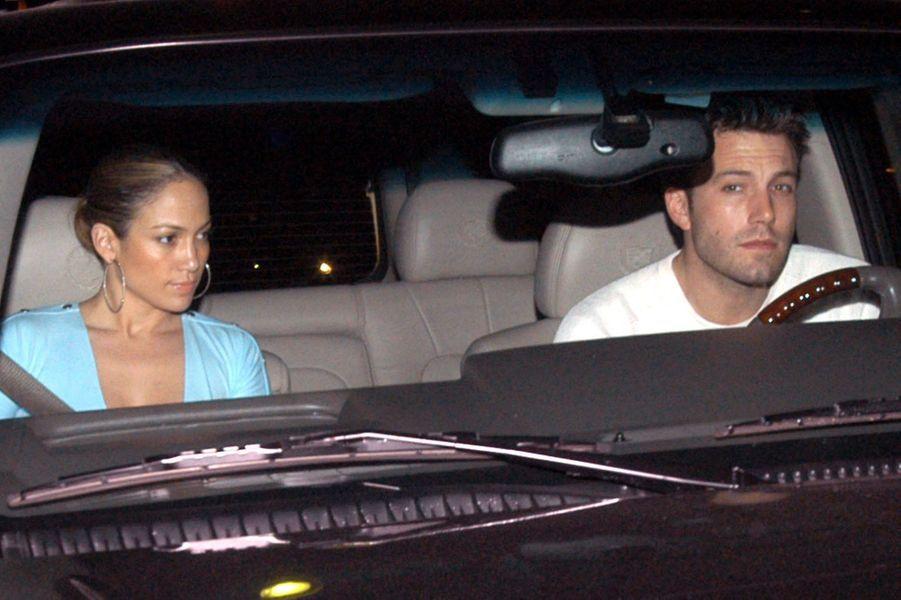 Jennifer Lopez et Ben Affleck à la sortie d'un restaurant à Los Angeles en janvier 2003