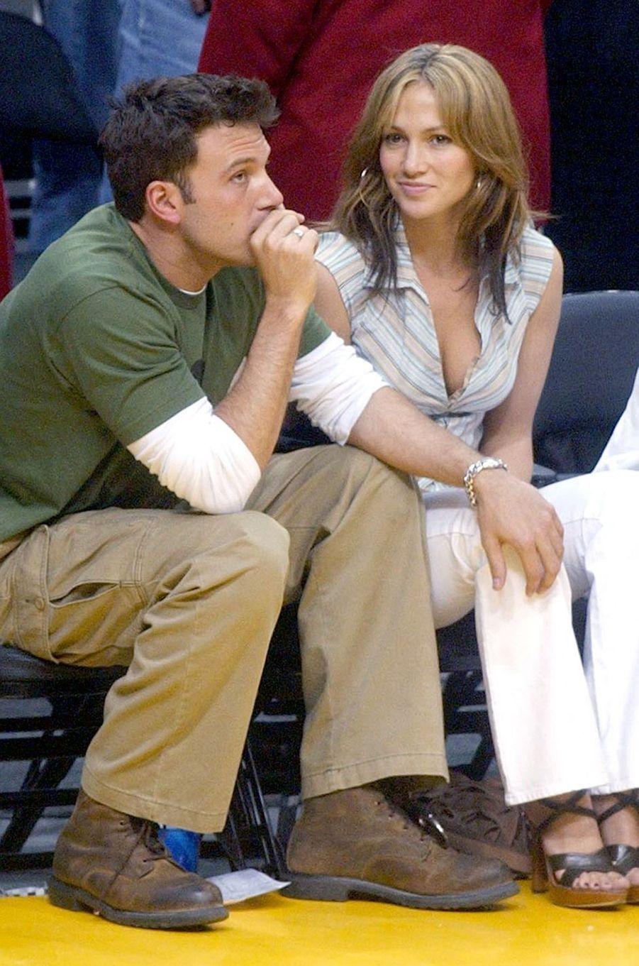 Jennifer Lopez et Ben Affleck lors d'un match de basket à Los Angeles en mai 2003