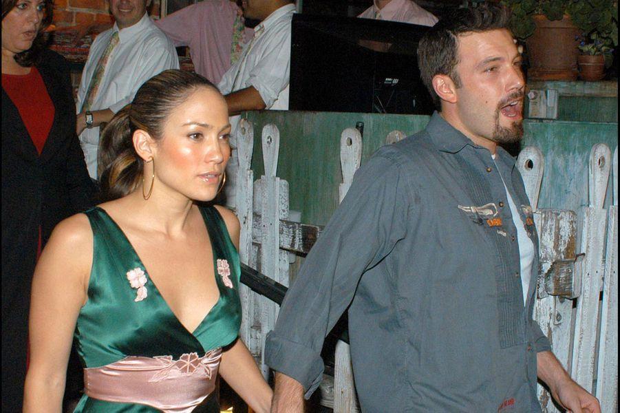 Jennifer Lopez et Ben Affleck à la sortie d'un restaurant à Los Angeles en septembre 2003