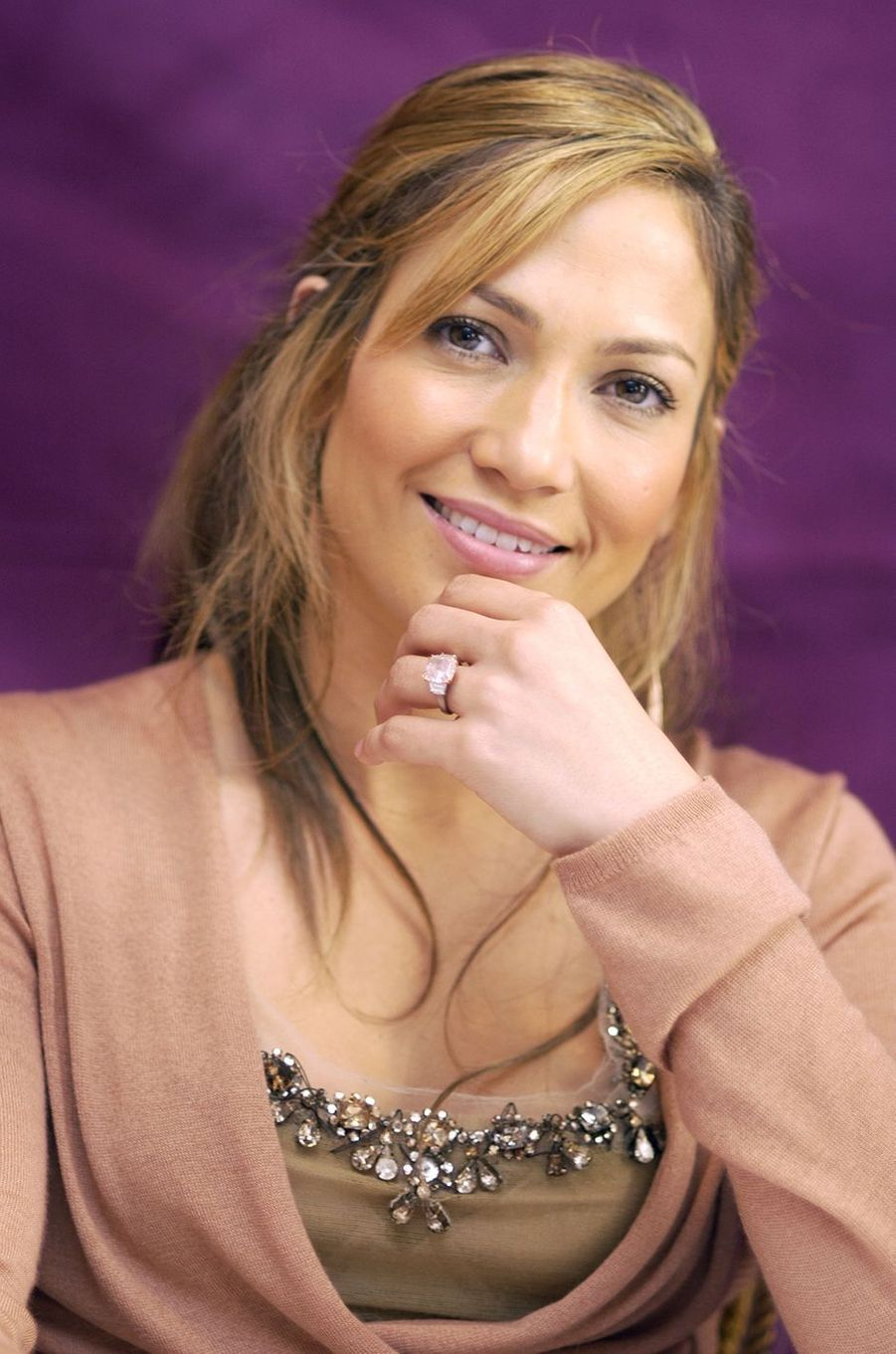 Jennifer Lopez portant la bague de fiançailles offerte par Ben Affleck en juillet 2003 lors de la promotion du film «Gigli»