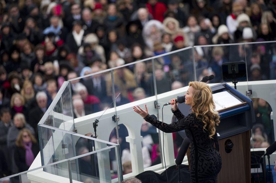 Beyoncé interprète l'hymne national américain lors de la seconde investiture de Barack Obama à Washington le 21 janvier 2013