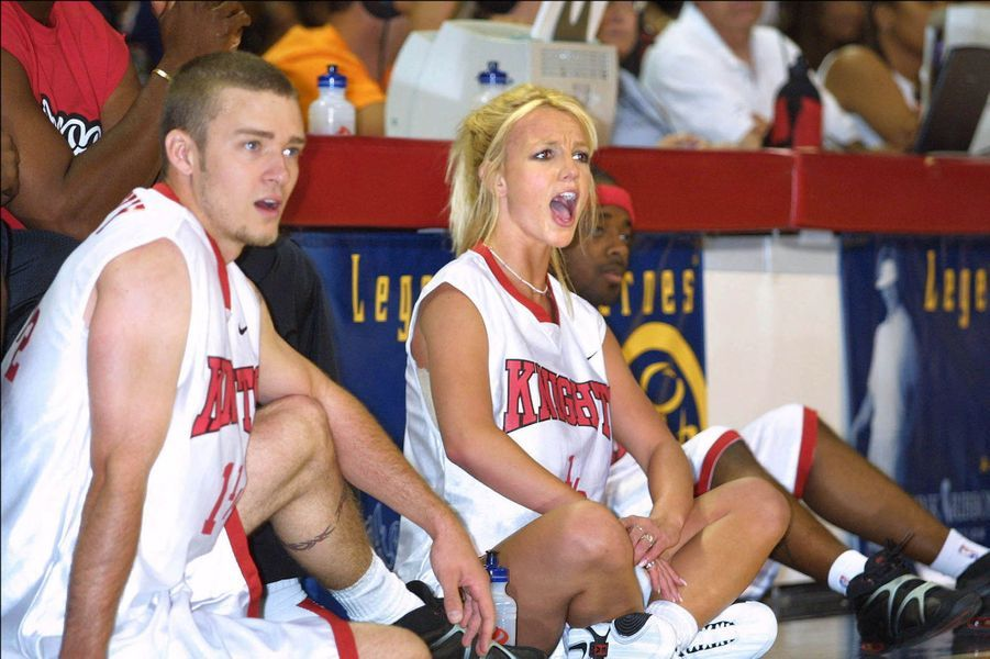 Britney Spears et Justin Timberlake à Las Vegas lors d'un match de basketball caritatif en juillet 2001