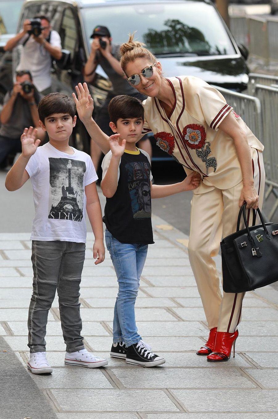 Céline Dion et ses jumeaux en séance shopping à Paris, le 17 juillet 2017.