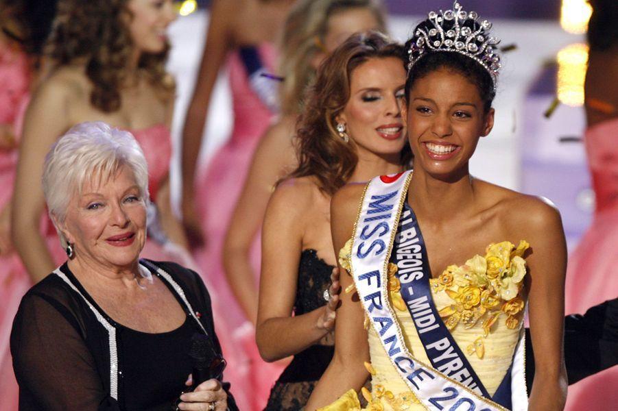 Chloé Mortaud (au côté de Line Renaud, présidente du jury)est sacrée Miss France 2009au Puy du Fou le 6 décembre 2008
