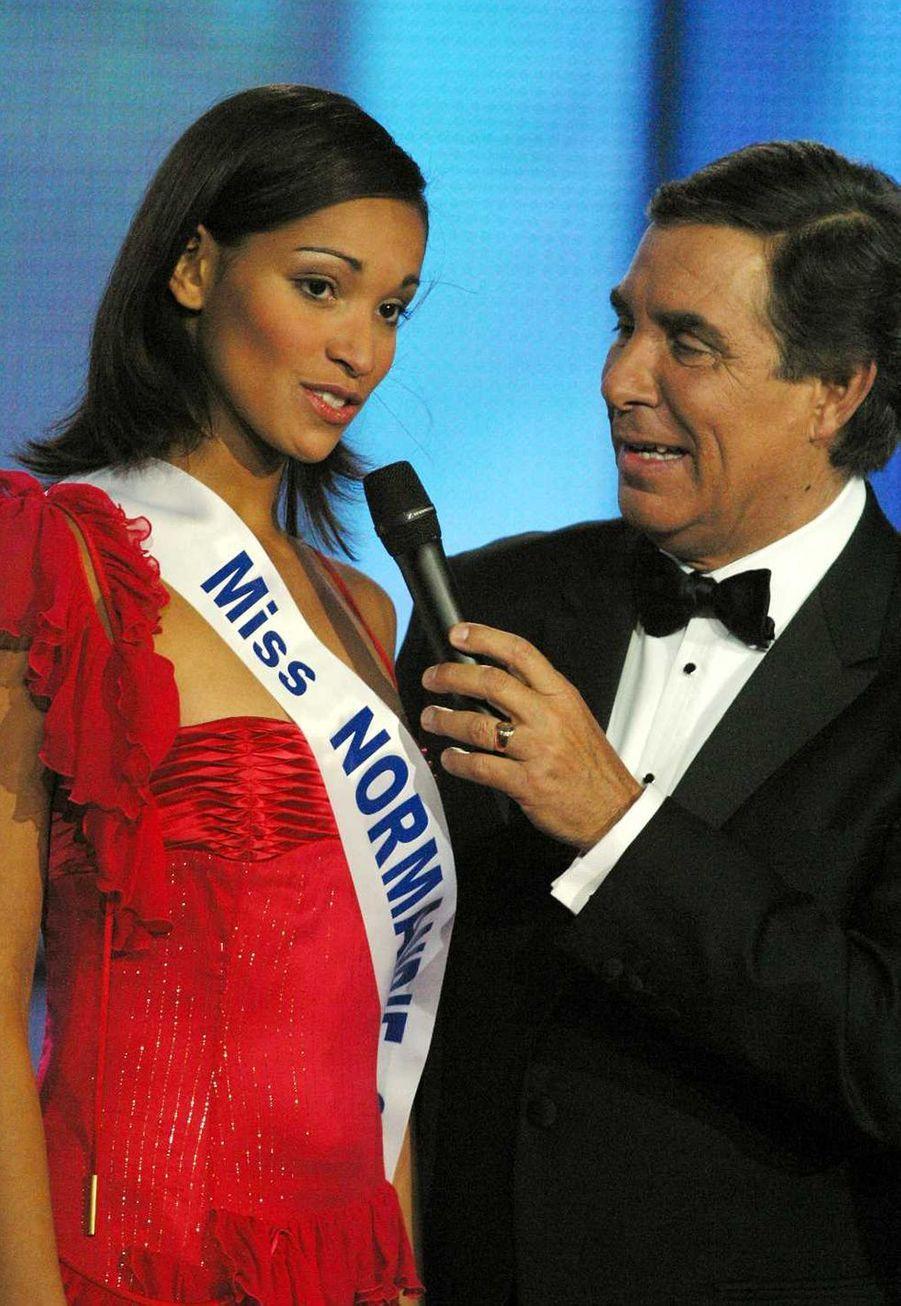 Cindy Fabre et Jean-Pierre Foucault(Miss Normandie) lors de l'élection de Miss France 2005 à Tours le 11 décembre 2004