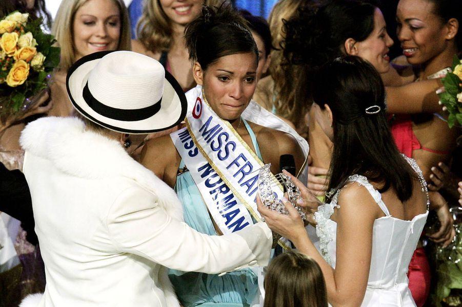 Cindy Fabre, alias Miss France 2005, reçoit son écharpe des mains de Geneviève de Fontenay le soir de son élection à Tours le 11 décembre 2004