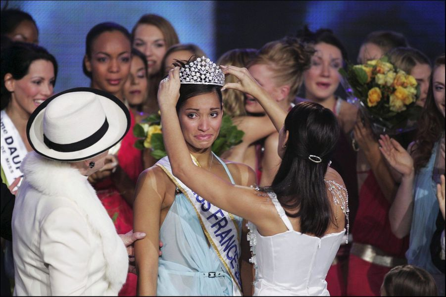 Cindy Fabre,alias Miss France 2005, reçoit sa couronne des mains de Laetitia Blégerle soir de son élection à Tours le 11 décembre 2004