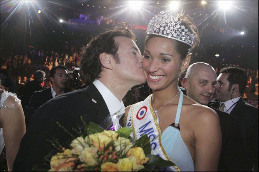 Cindy Fabre, Miss France 2005, au côté de Francis Huster, président du jury, le soir de son électionà Tours le 11 décembre 2004