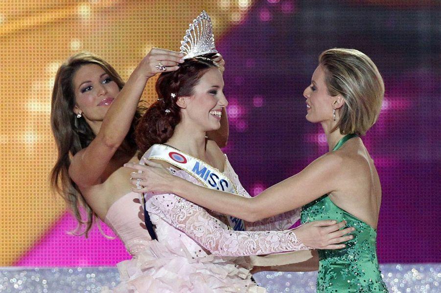 Delphine Wespiser (au côté de Laury Thilleman, Miss France 2011, et Sylvie Tellier) est sacrée Miss France 2012 àGuilers, près de Brest, le 3 décembre 2011
