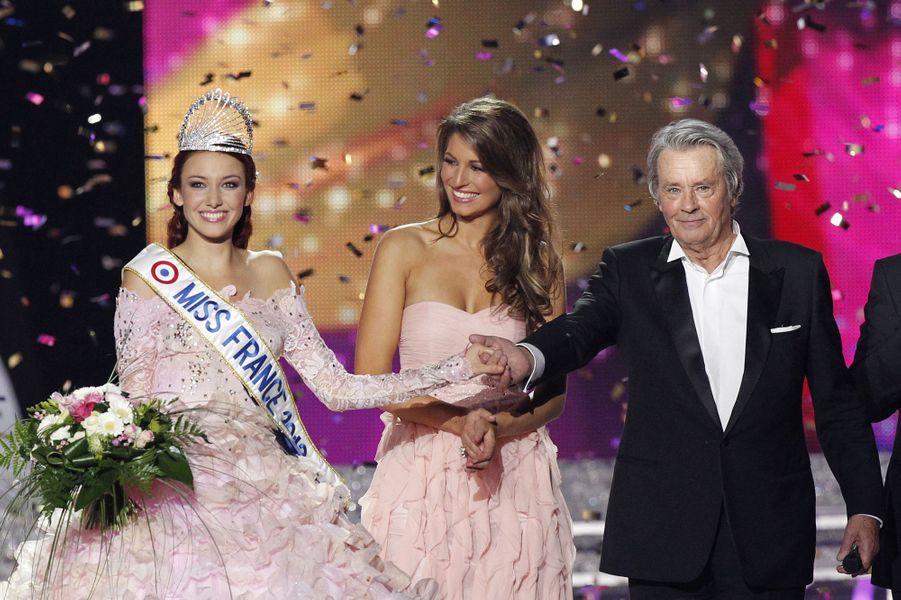 Delphine Wespiser (au côté d'Alain Delon, président du jury)est sacrée Miss France 2012 àGuilers, près de Brest, le 3 décembre 2011