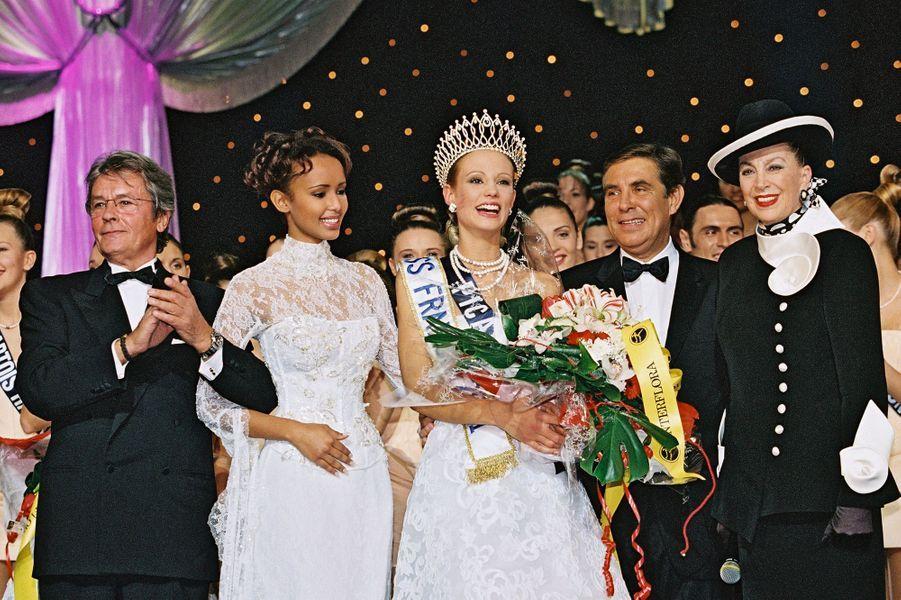 Alain Delon, Sonia Rolland, Elodie Gossuin, Jean-Pierre Foucault et Geneviève de Fontenay lors de l'élection de Miss France 2001 à Monte-Carlo le 9 décembre 2000