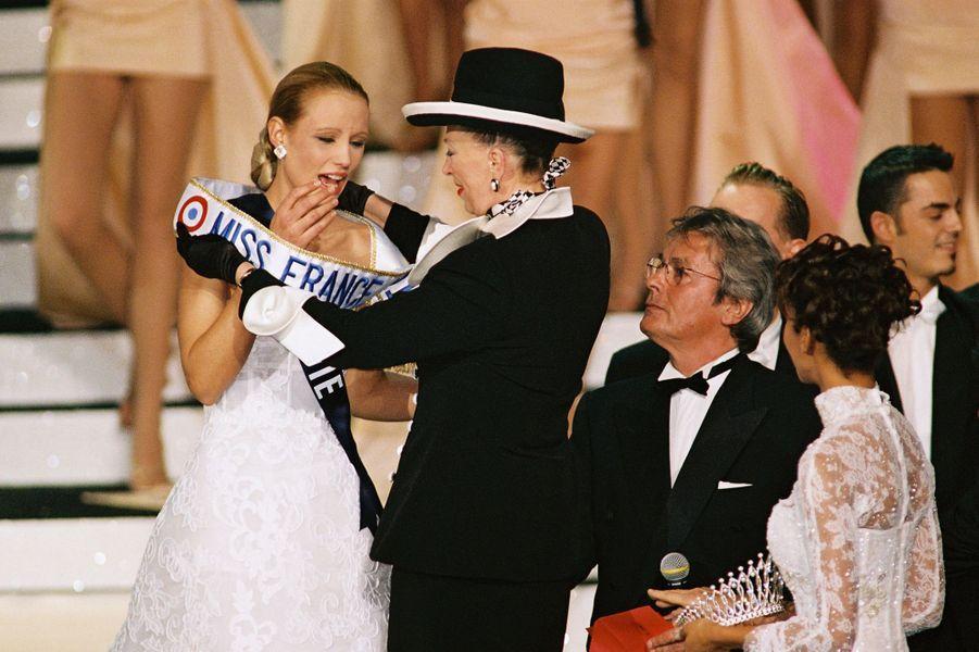 Elodie Gossuin reçoit son écharpe de Miss France 2001 des mains de Geneviève de Fontenay à Monte-Carlo le 9 décembre 2000
