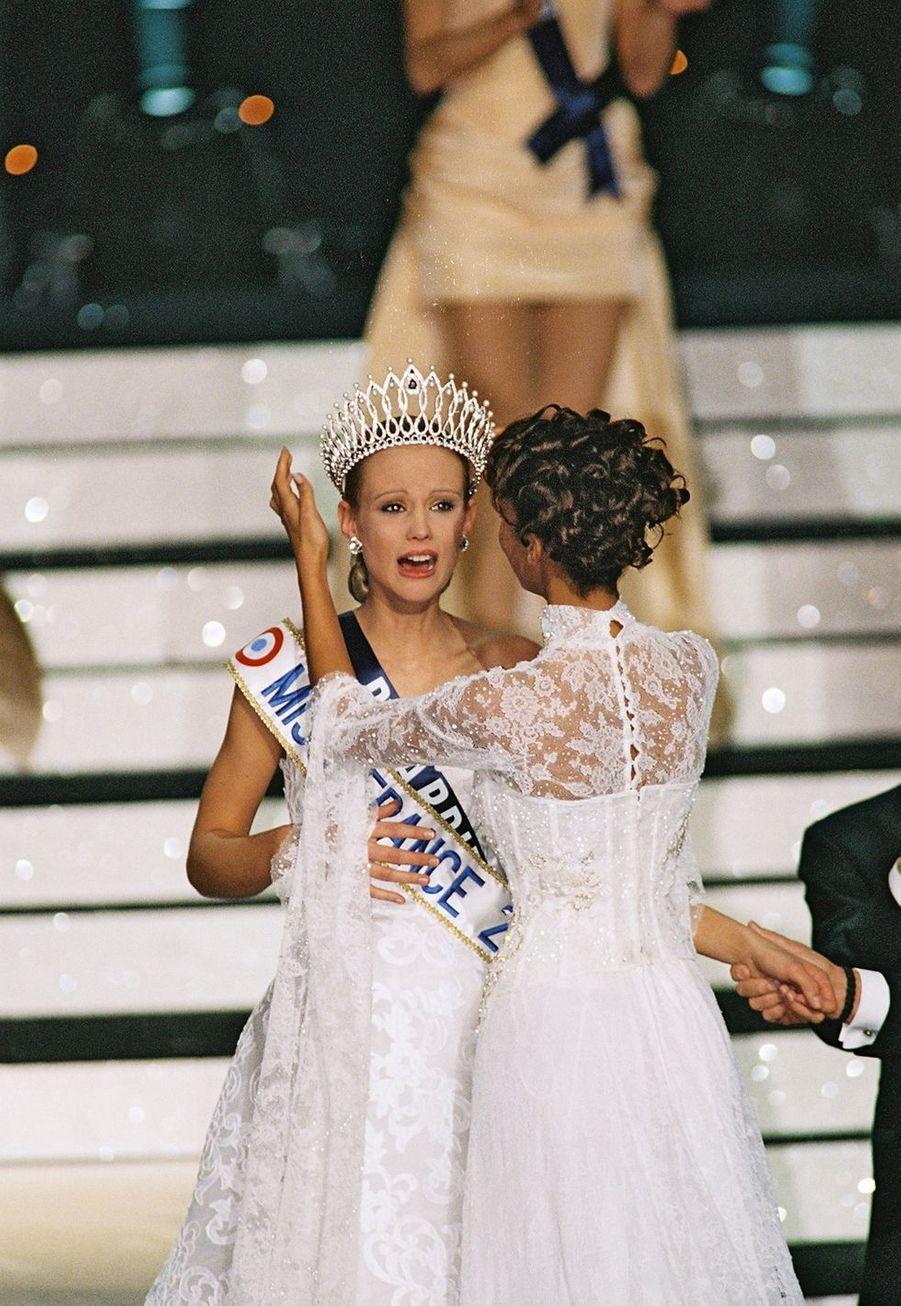Elodie Gossuinreçoit sa couronne de Miss France 2001 des mains de Sonia Rolland à Monte-Carlo le 9 décembre 2000