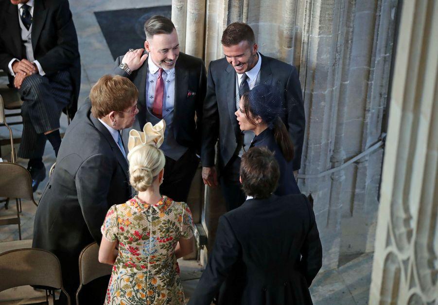 Elton John, David Furnish, le couple Beckham, James Blunt et son épouse discutent dans la chapelle Saint-Georges au mariage de Meghan et Harry, le 19 mai 2018.