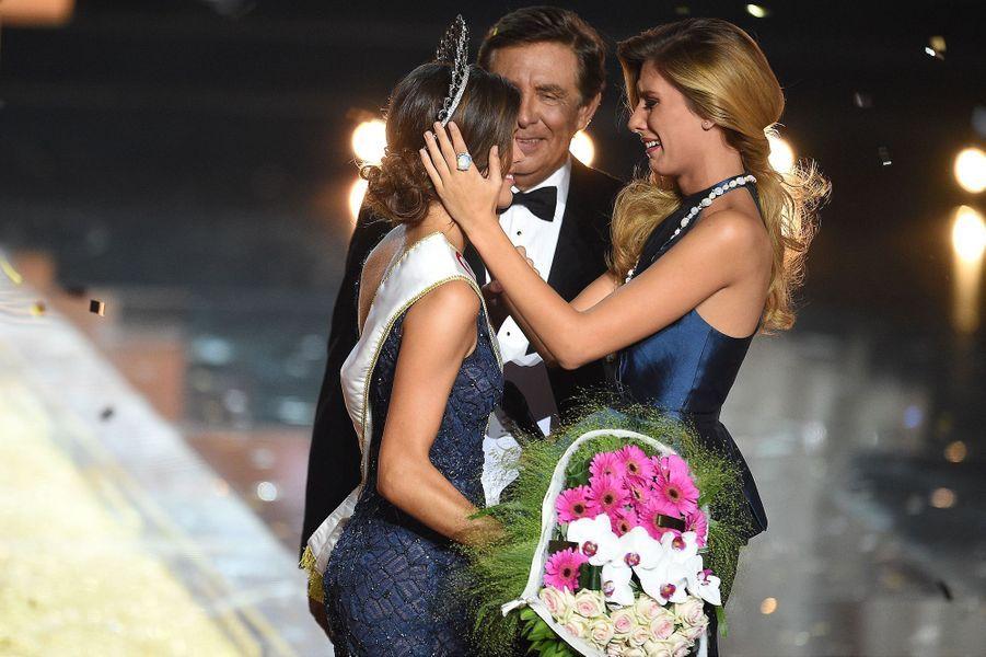 Iris Mittenaere (au côté de Camille Cerf, Miss France 2015)est sacrée Miss France 2016 à Lille le 19 décembre 2015