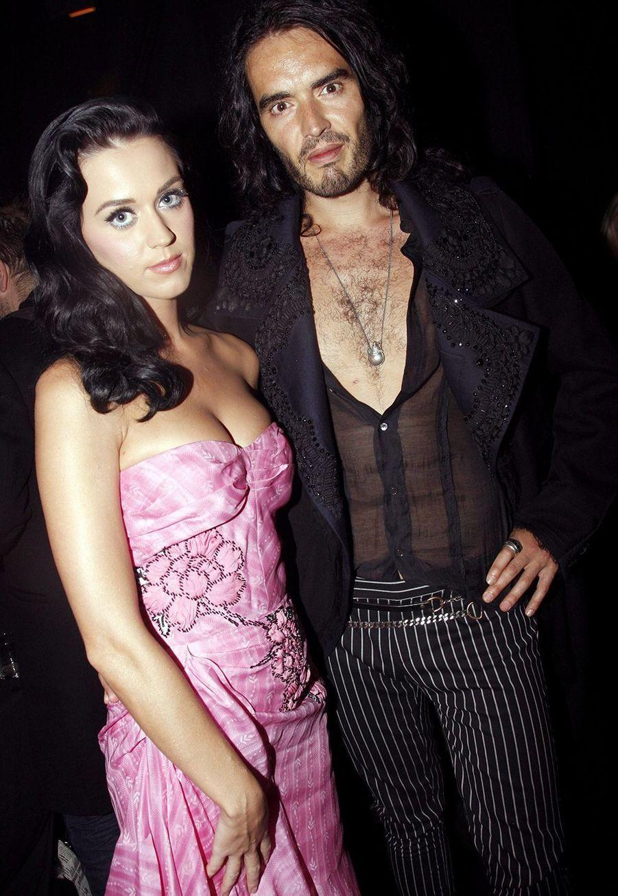 Katy Perry et Russell Brand au défilé John Galliano à Paris en octobre 2009, l'une de leurs premières sorties publiques
