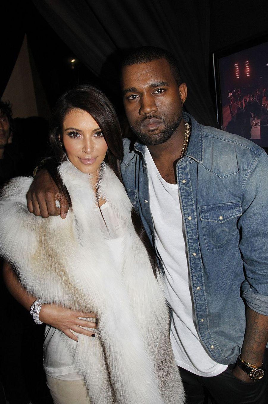 Kim Kardashian et Kanye West lors d'un défilé à Paris en mars 2012
