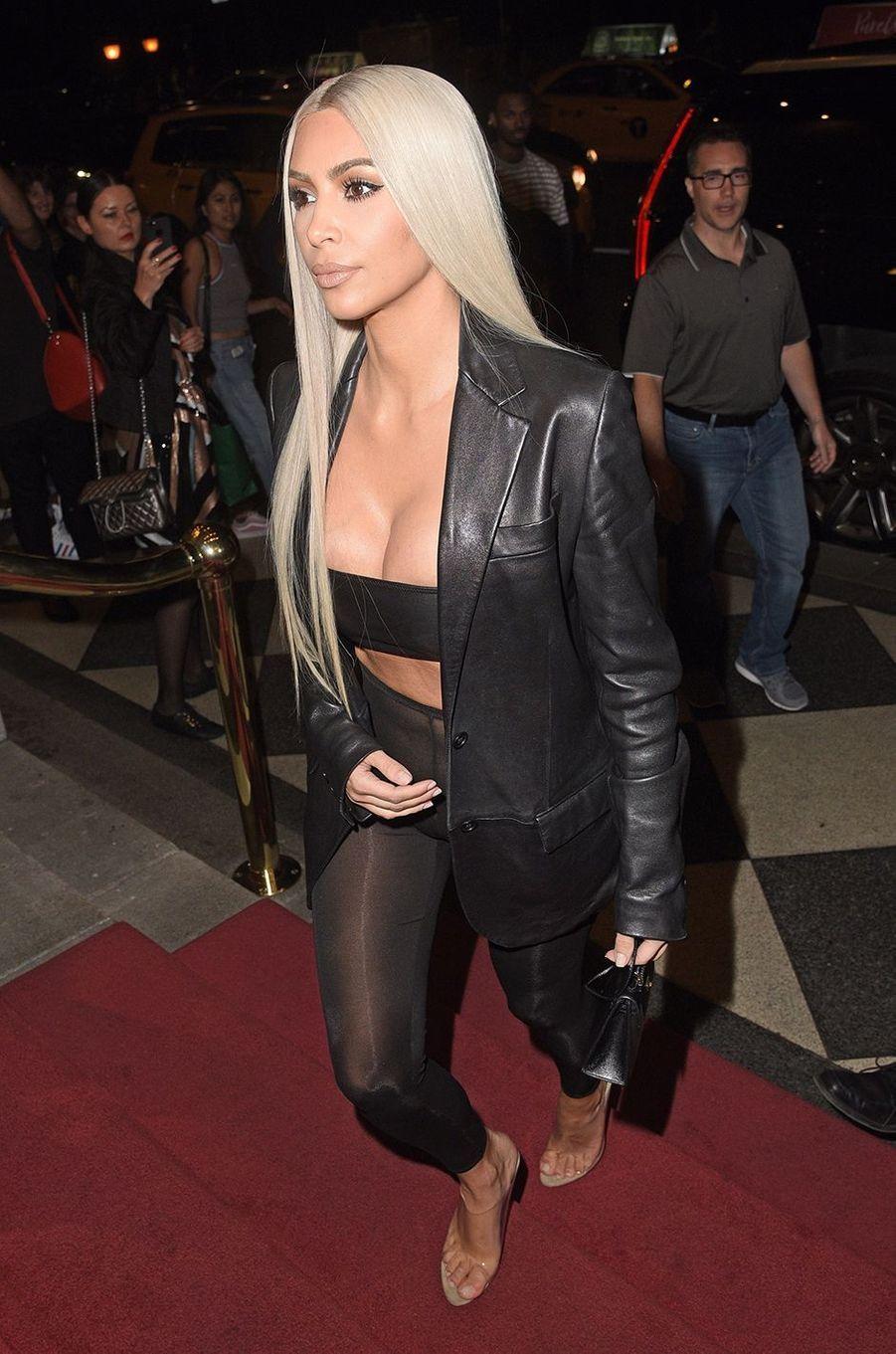 Kim Kardashian tout en transparence dans les rues de New York, le 8 septembre 2017.