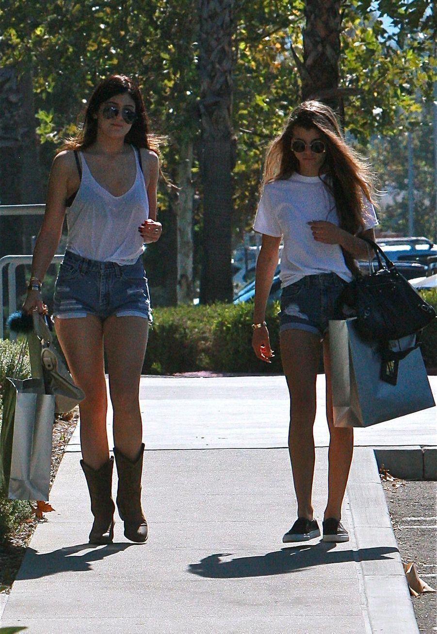 Kylie Jenner et Sofia Richie dans les rues deCanoga Park en octobre 2013