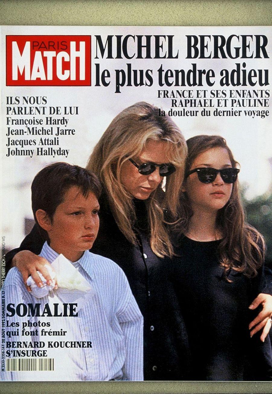 Couverture de Paris Match du 20 août 1992 : France Gall avec sa fille Pauline et son fils Raphaël aux obsèques de Michel Berger.