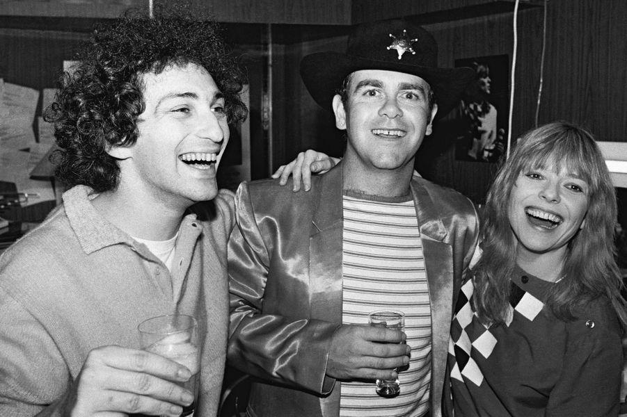 France Gall dans sa loge du Palais des Sports avec son mari Michel Berger et Elton John.