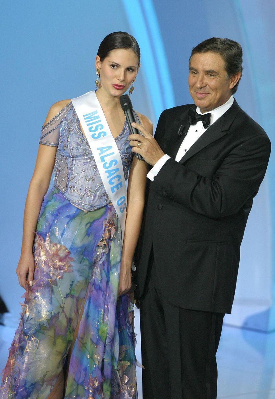 Lætitia Bléger au côté de Jean-Pierre Foucault le soir de l'élection Miss France à Deauville le 13 décembre 2003
