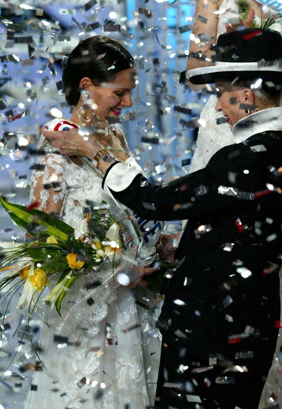 Lætitia Bléger reçoit son écharpe de Miss France 2004 des mains de Geneviève de Fontenay à Deauville le 13 décembre 2003