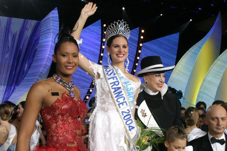 Lætitia Bléger (au côté de Corinne Coman, Miss France 2003, et de Geneviève de Fontenay)le soir de son élection à Deauville le 13 décembre 2003