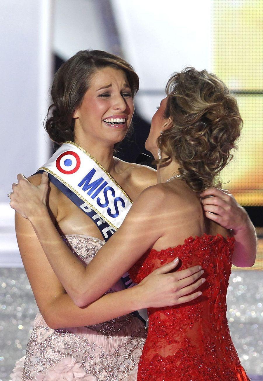 Laury Thilleman est sacrée Miss France 2011 et reçoit son écharpede Sylvie Tellierà Caen le 4 décembre 2010