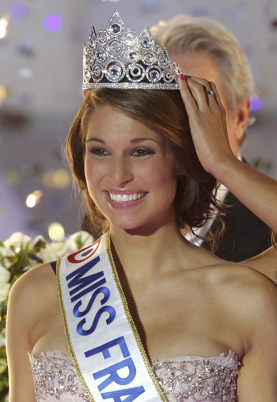 Laury Thilleman est sacrée Miss France 2011 et reçoit sa couronneà Caen le 4 décembre 2010