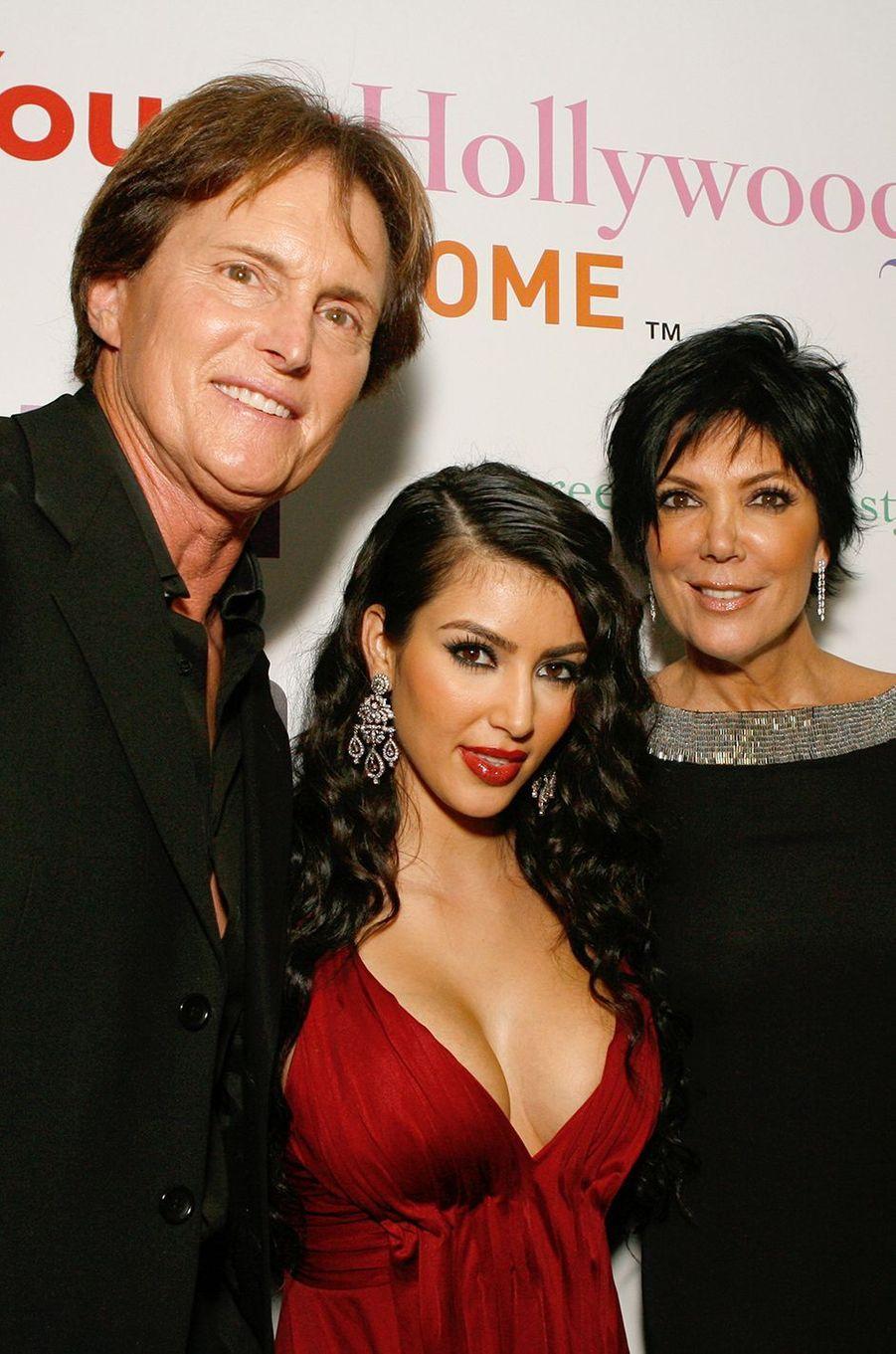 Bruce (aujourd'hui Caitlyn) Jenner, Kim Kardashian et Kris Jennerà la première de l'émission «L'incroyable famille Kardashian» à West Hollywood en octobre 2007