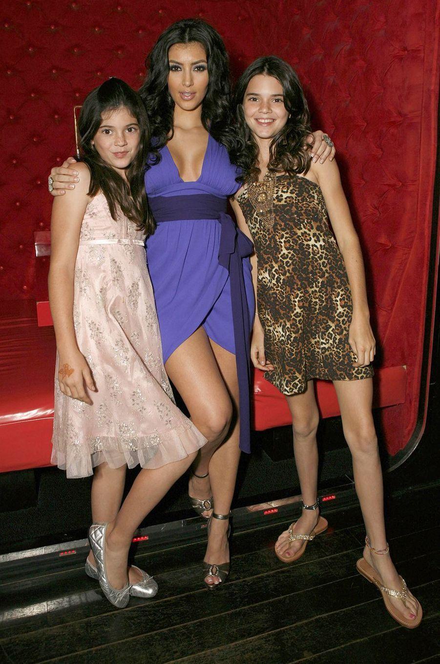 Kylie Jenner, Kim Kardashian et Kendall Jennerà une projection de la première saison de «L'incroyable famille Kardashian» à Agoura Hills en octobre 2007