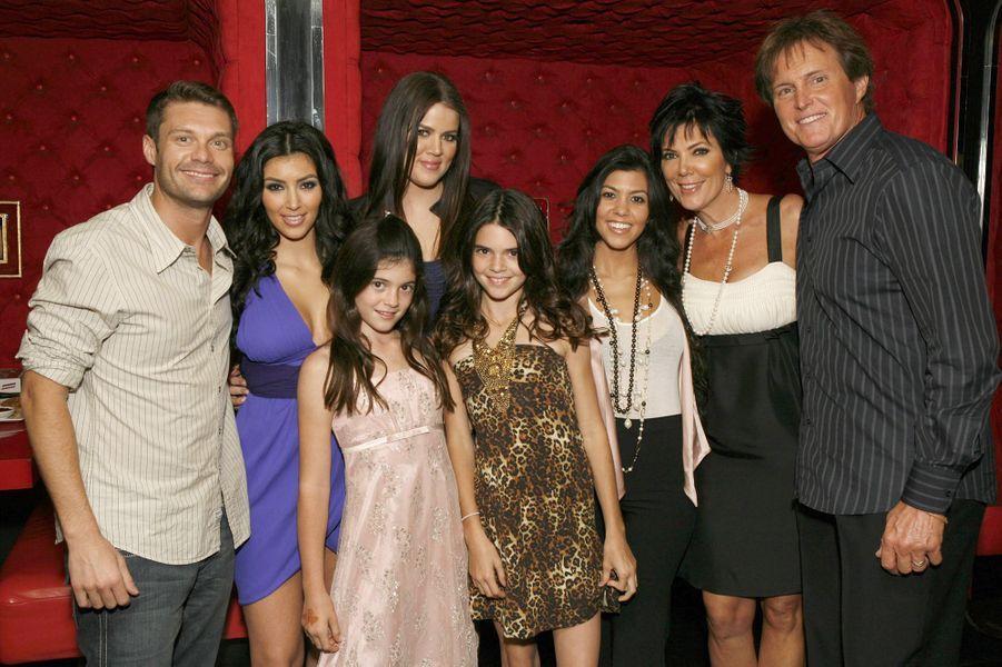 Ryan Seacrest, Kim Kardashian, Khloé Kardashian, Kylie Jenner, Kendall Jenner, Kourtney Kardashian, Kris Jenner et Bruce (aujourd'hui Caitlyn) Jenner à une projection de la première saison de «L'incroyable famille Kardashian» à Agoura Hills en octobre 2007