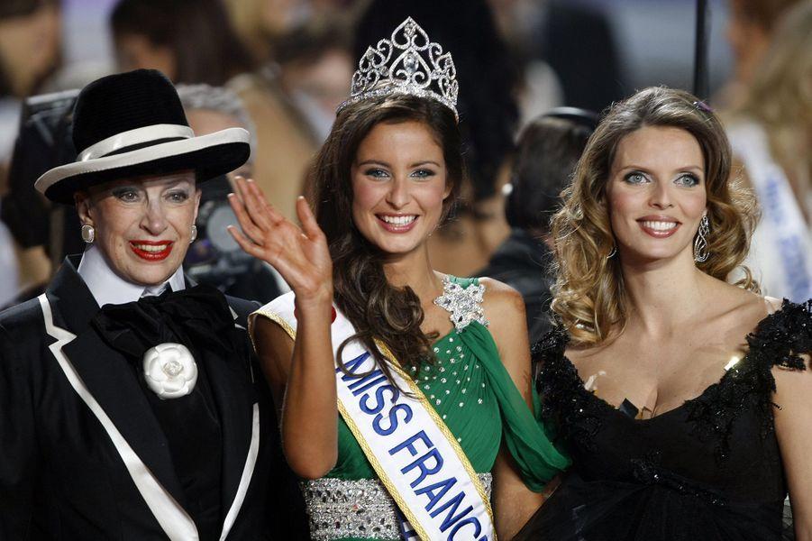 Malika Ménard, alias Miss France 2010, au côté de Geneviève de Fontenay et Sylvie Tellier après son couronnement à Nice le 5 décembre 2009