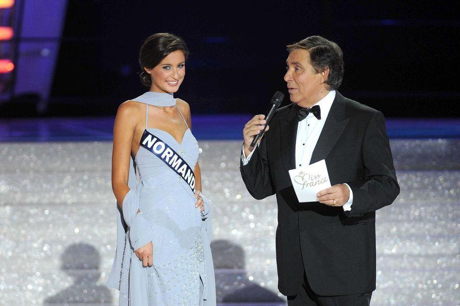 Malika Ménard au côté de Jean-Pierre Foucaultlors de l'élection de Miss France 2010 à Nice le 5 décembre 2009