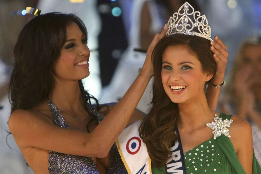 Malika Ménard couronnée par Chloé Mortaud (Miss France 2009)à Nice le 5 décembre 2009