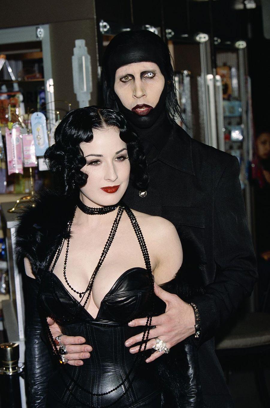 Dita Von Teese et Marilyn Manson lors d'une soirée en janvier 2002
