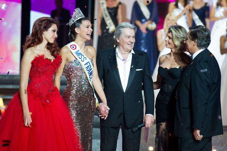 Marine Lorphelin (au côté de Delphine Wespiser, Miss France 2012, et Alain Delon, président du jury) est sacrée Miss France 2013 à Limoges le 8 décembre 2012