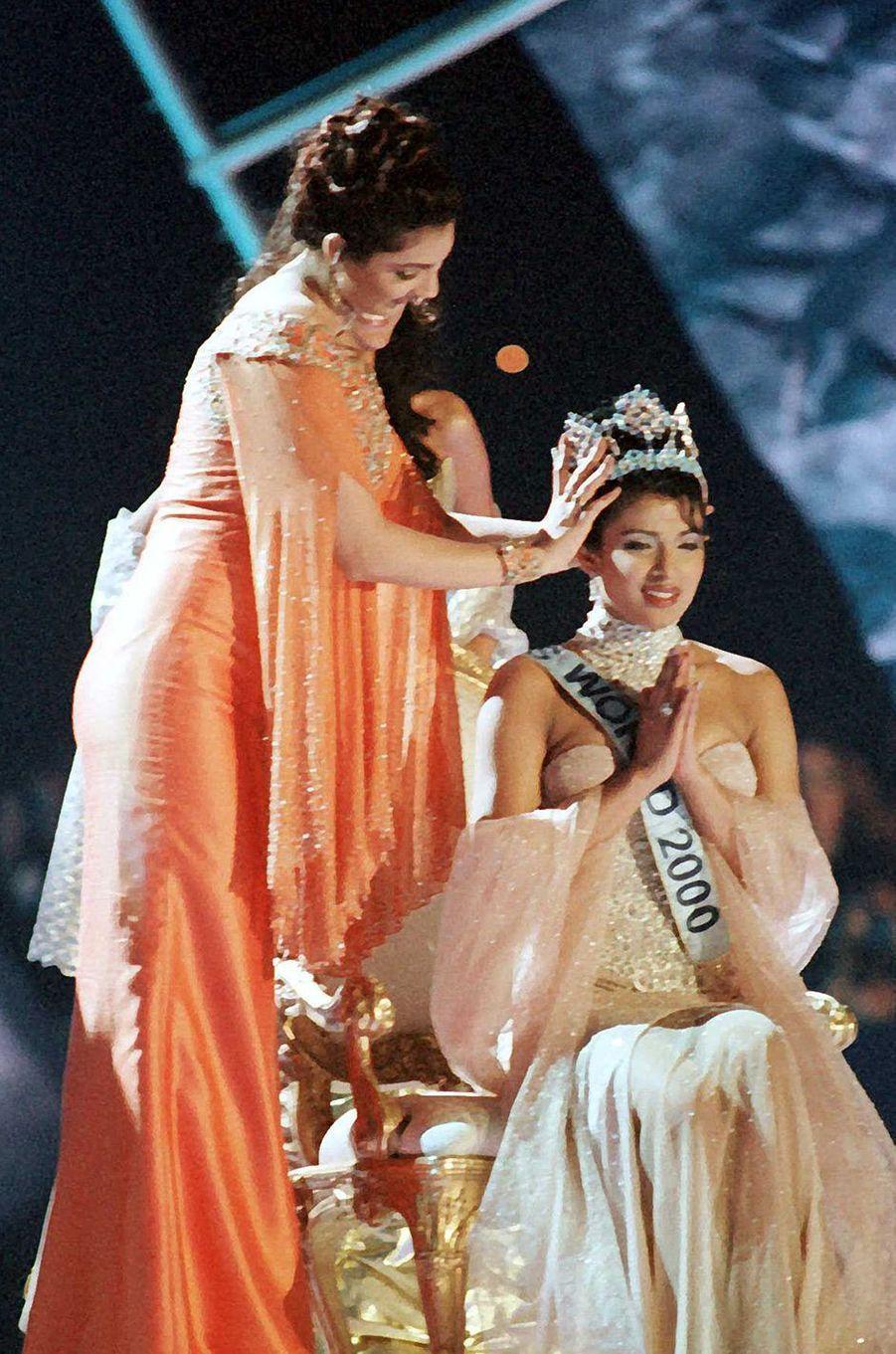 Priyanka Chopra, Miss Monde 2000, lors de son couronnement au Dôme du Millénaire de Londres le 30 novembre 2000