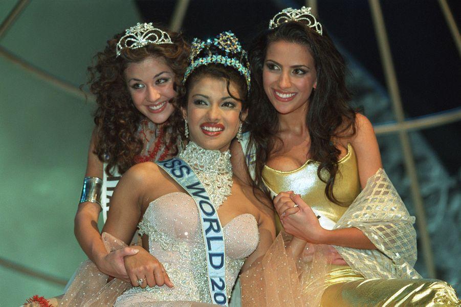 Priyanka Chopra, Miss Monde 2000, entre ses dauphines Miss Italie Giorgia Palmas et Miss Turquie Yüksel Ak, le 30 novembre 2000 à Londres