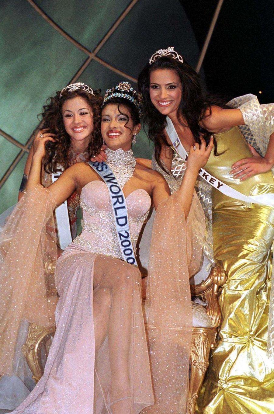 Priyanka Chopra, Miss Monde 2000, entre ses dauphines Miss Italie Giorgia Palmas et Miss TurquieYüksel Ak,le 30 novembre 2000 à Londres