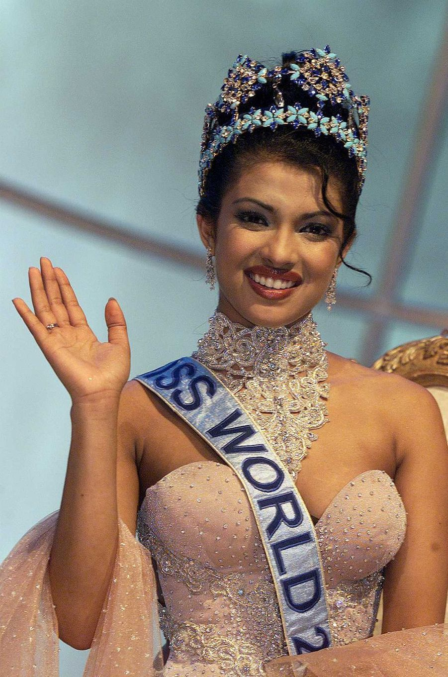 Priyanka Chopra, Miss Monde 2000, lors de son couronnement auDôme du Millénaire de Londres le 30 novembre 2000