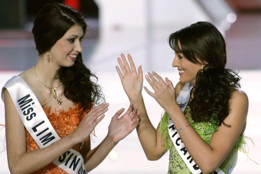 Rachel Legrain-Trapani, nouvelle Miss France 2007, au côté de sa première dauphine Sophie Vouzelaud (Miss Limousin) le soir de son électionauPalais des congrès du Futuroscope le 9 décembre 2006