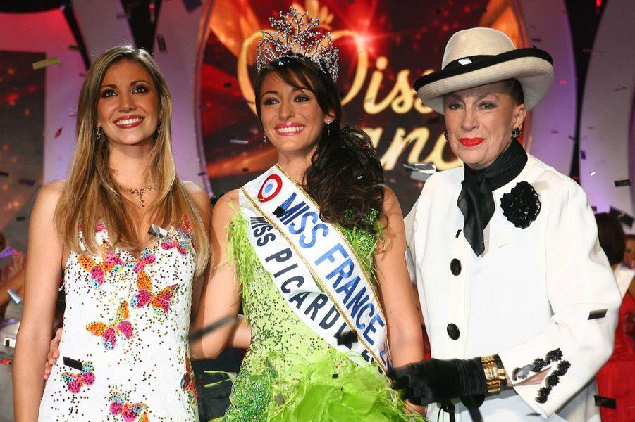 Rachel Legrain-Trapani, Miss France 2007, au côté d'Alexandra Rosenfeld (Miss France 2006) et Geneviève de Fontenayle soir de son électionauPalais des congrès du Futuroscope le 9 décembre 2006