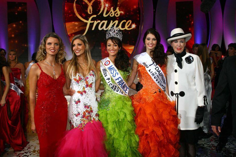 Rachel Legrain-Trapani, Miss France 2007, au côté de Sylvie Tellier, Alexandra Rosenfeld, Sophie Vouzelaud et Geneviève de Fontenayle soir de son électionauPalais des congrès du Futuroscope le 9 décembre 2006
