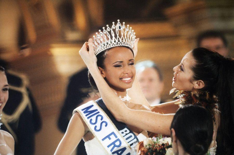 Sonia Rolland lors de son élection à Paris le 11 décembre 1999. Mareva Galanter lui pose la couronne.