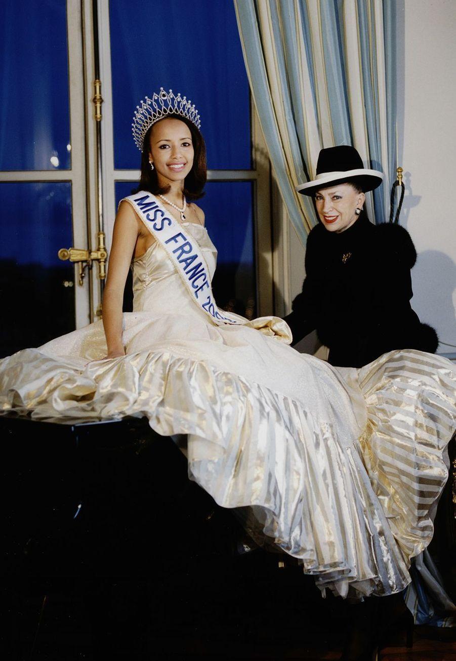 Sonia Rolland au côté de Geneviève de Fontenaylors d'un shooting photo après son élection, décembre 1999