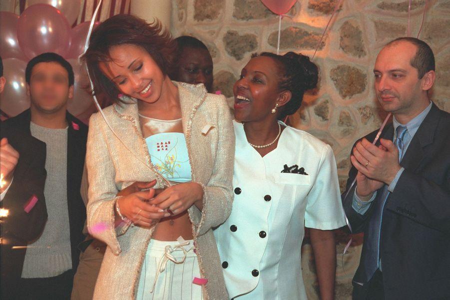Sonia Rolland au côté de sa mère aux célébrations de ses 20 ans à Paris en février 2001