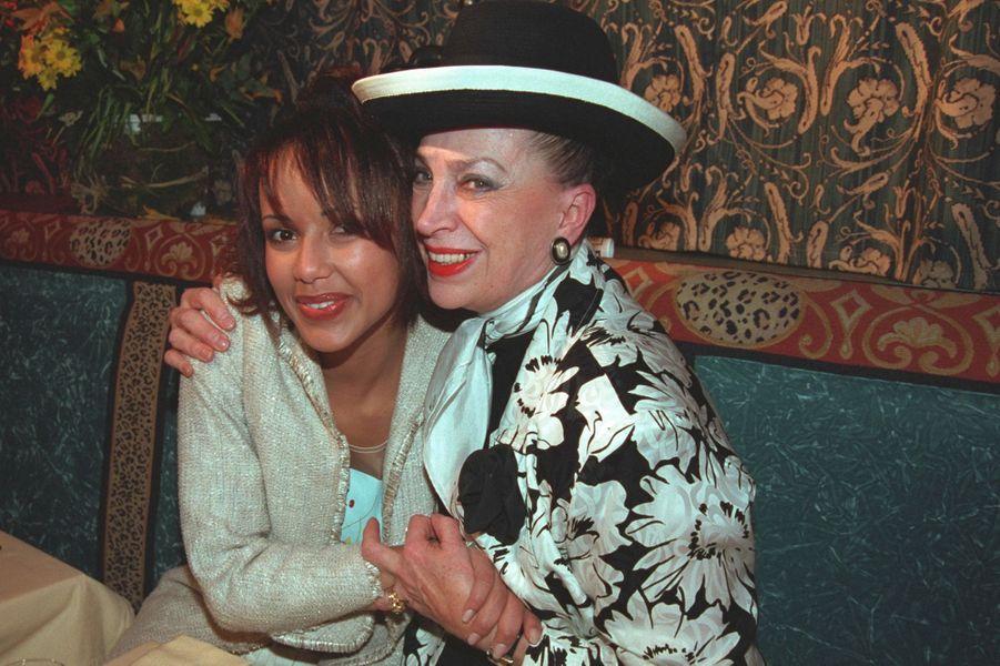 Sonia Rolland avec Geneviève de Fontenay aux célébrations de ses 20 ans à Paris en février 2001